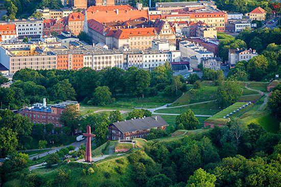Gdansk, Fort Grodzisko z widocznym Krzyzem Milenijnym. EU, PL, Pomorskie. Lotnicze.