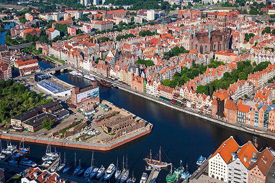 Gdansk, panorama na Wyspe Spichrzow i Glowne Miasto. EU, PL, Pomorskie. Lotnicze.