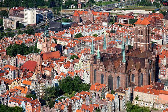 Gdansk, panorama na Glowne Miasto z widoczna Bazylika Mariacka. EU, PL, Pomorskie. Lotnicze.