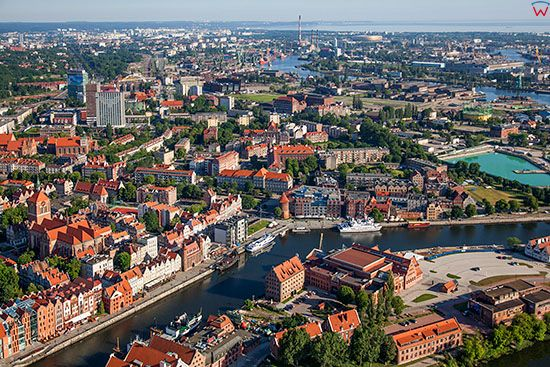 Gdansk, panorama na Stare Miasto i dzielnice Zamczysko. EU, PL, Pomorskie. Lotnicze.