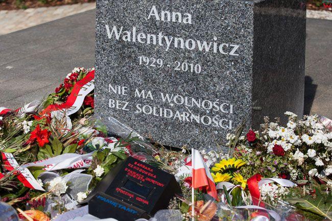 Gdansk, Skwer Anny Walentynowicz. Kwiaty i symboliczna maska spawacza okretowaego Barbary Szkodowskiej przed pomnikiem Anny Walentynowicz. EU, PL, Pomorskie.