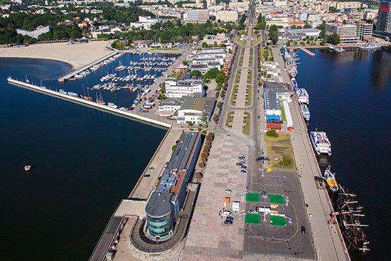Gdynia, Molo Poludniowe z Aleja Jana Pawla II. EU, PL, Pomorskie. Lotnicze.