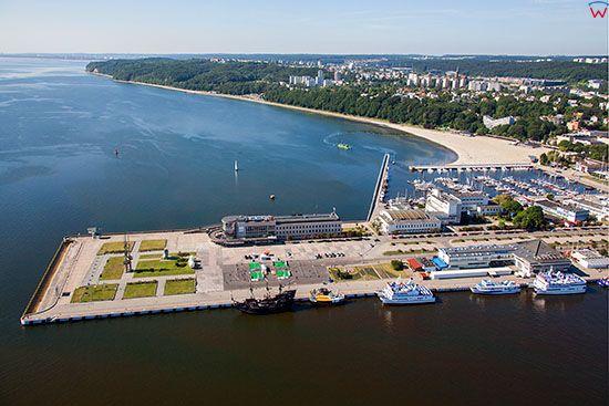 Gdynia, panorama na Plaze Miejska i Molo Poludniowe. EU, PL, Pomorskie. Lotnicze.