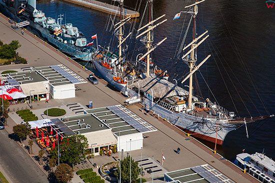 Gdynia, ORP Orzel i Dar Pomorza statki muzea zacumowane przy Molo Poludniowym. EU, PL, Pomorskie. Lotnicze.