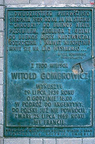 Gdynia, płyta poświęcona W. Gombrowiczowi w porcie morskim