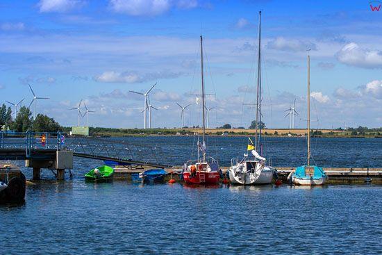 Puck, Port w Pucku na tle silowni wiatrowych w Gniezdzewie. EU, PL, Pomorskie.