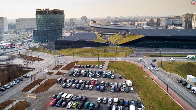 Katowice, parking samochodowy na terenie dawnej kopalni KWK Katowice na tle Spodka. EU, Pl, slaskie. Lotnicze.