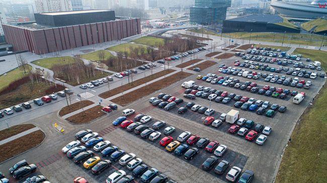 Katowice, parking samochodowy oraz Budynek Narodowej Orkiestry Symfonicznej Polskiego Radia na terenie dawnej kopalni. EU, Pl, slaskie. Lotnicze.