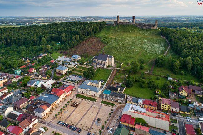 Checiny, centrum miasta z rynkiem na tle Zamku. EU, Pl, Swietokrzyskie. Lotnicze.