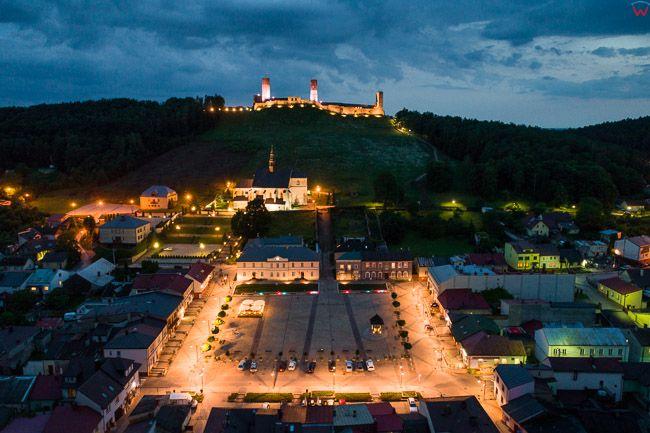 Checiny, panorama miasta w wieczorowej scenerii. EU, Pl, Swietokrzyskie. Lotnicze.