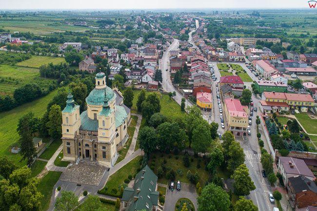 Klimontow, kosciol sw. Jozefa na tle miasta