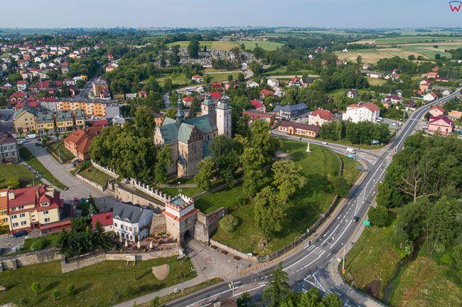 Opatow, Brama Warszawska z kosciolem parafialnym