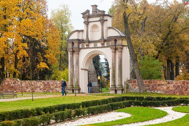 Podzamcze Checinskie, barokowa brama ozdobna przy Dworze. EU, Pl, Swietokrzyskie.