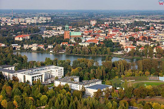 Gniezno, panorama na Srodmiescie od strony SW. EU, Pl, Wielkopolskie. Lotnicze.