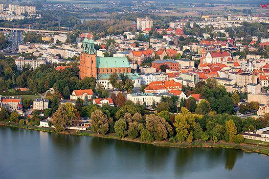 Gniezno, panorama przez jezioro Jelonek na Stare Miasto. EU, Pl, Wielkopolskie. Lotnicze.