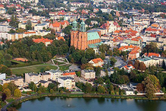 Gniezno, panorama na Stare Miasto przez jezioro Jelonek. EU, Pl, Wielkopolskie. Lotnicze.
