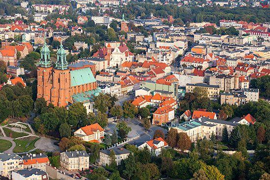 Gniezno, Katedra z czescia Starego Miasta. EU, Pl, Wielkopolskie. Lotnicze.