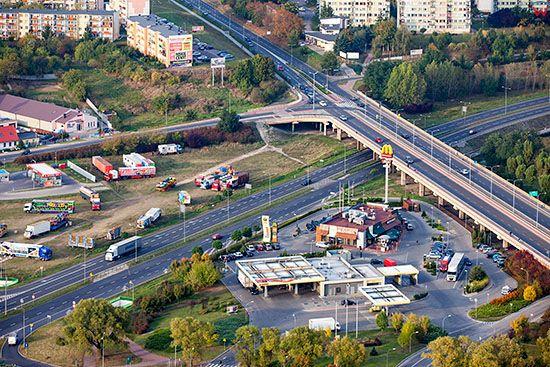 Gniezno, panorama okolicy Wiaduktu Solidarnosci i drogi nr 5. EU, Pl, Wielkopolskie. Lotnicze.
