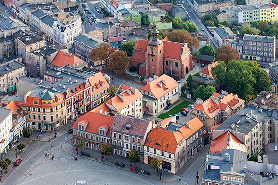 Gniezno, panorama na Rynk i kosciol Farny. EU, Pl, Wielkopolskie. Lotnicze.