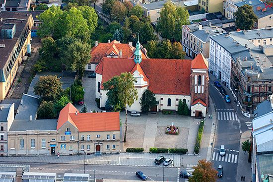 Gniezno, Plac 21 Stycznia z Targowiskiem Miejskim z kosciolem Wawrzynca. EU, Pl, Wielkopolskie. Lotnicze.