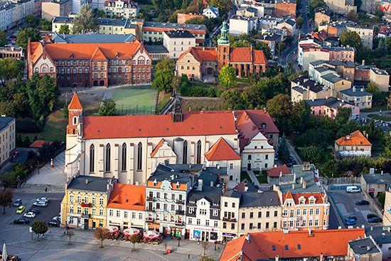Gniezno, Rynek Miejski z kosciolem i klasztorem Franciszkanow. EU, Pl, Wielkopolskie. Lotnicze.