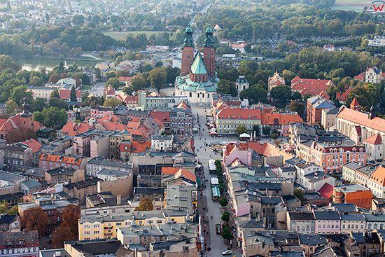 Gniezno, panorama na ulice Boleslawa Chrobrego i Katedre. EU, Pl, Wielkopolskie. Lotnicze.