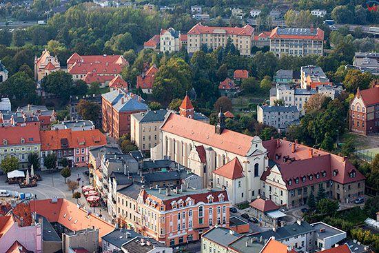 Gniezno, panorama na kosciol i klasztor Franiciszkanow. EU, Pl, Wielkopolskie. Lotnicze.