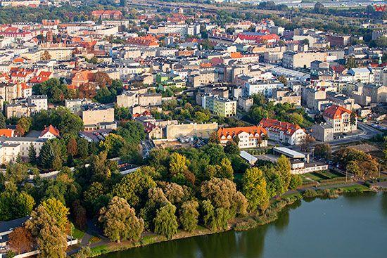 Gniezno, panorama na srodmiescie przez jezioro Jelonek. EU, Pl, Wielkopolskie. Lotnicze.