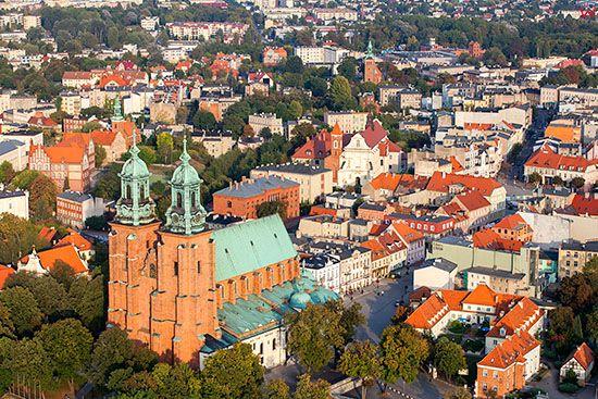 Gniezno, Katedra-Bazylika Prymasowska. EU, Pl, Wielkopolskie. Lotnicze.