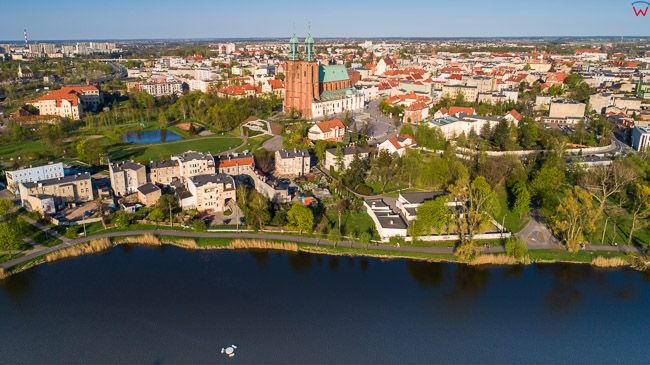 Gniezno, Stare Miasto widziane przez jezioro Jelonek. EU, Pl, wielkopolskie. Lotnicze