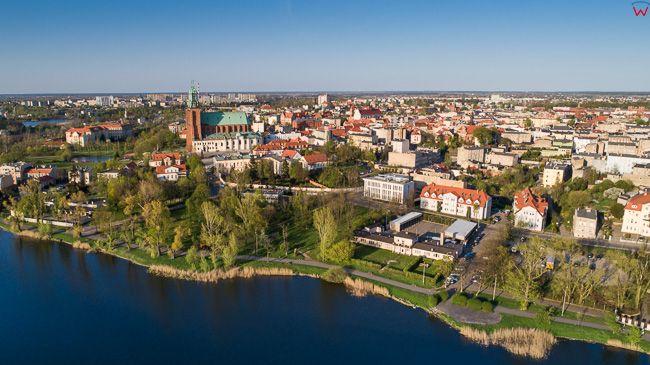 Gniezno, panorama miasta przez jezioro Jelonek