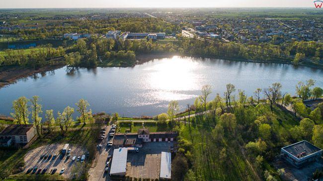 Gniezno, panorama miasta przez jezioro Jelonek w kierunku Parku Piastowskiego