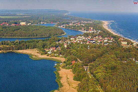 Dziwnow, panorama na miasto i Zatoke Wrzosowska. EU, Pl, Zachodniopomorskie. Lotnicze.