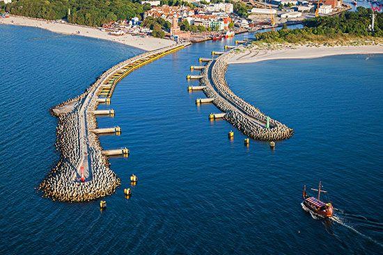 Kolobrzeg, wejscie do portu. EU., Pl, Zachodniopomorskie. Lotnicze.