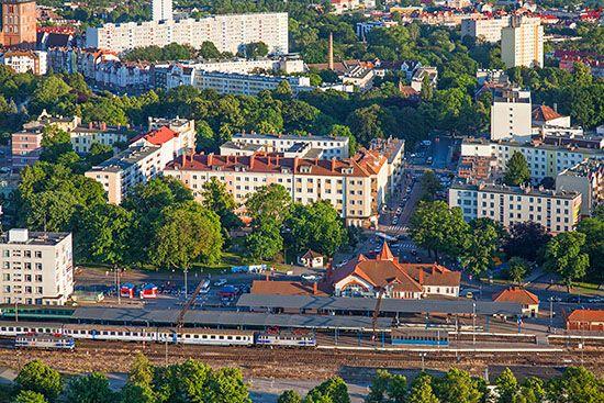 Kolobrzeg, panorama na dworzec kolejowy PKP. EU., Pl, Zachodniopomorskie. Lotnicze.