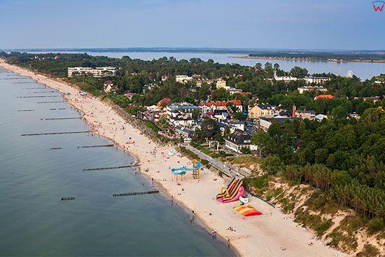 Mielno, panorama od strony Baltyku w kierunku jeziora Jamno. EU, Pl, Zachodniopomorskie. Lotnicze.
