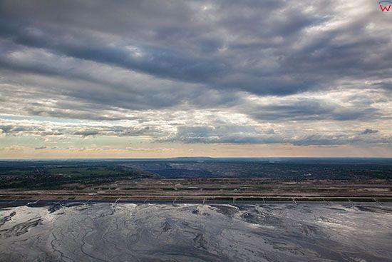Belchatow, zbiorniki osadowe oczyszczajace produkty uboczne elektrowni na tle wyrobiska. EU, Slaskie. Lotnicze.