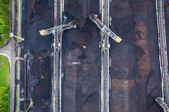 Belchatow, najwieksza w europie elektrownia zasilana weglem brunatnym n/z zaladunek urobku. EU, Slaskie. Lotnicze.