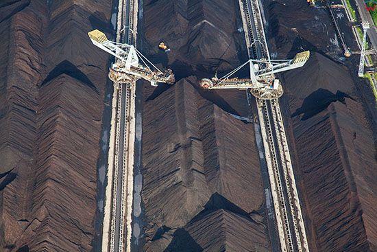 Belchatow, najwieksza w europie elektrownia zasilana weglem brunatnym, n/z sytem transportu urobku do elektrowni. EU, Slaskie. Lotnicze.