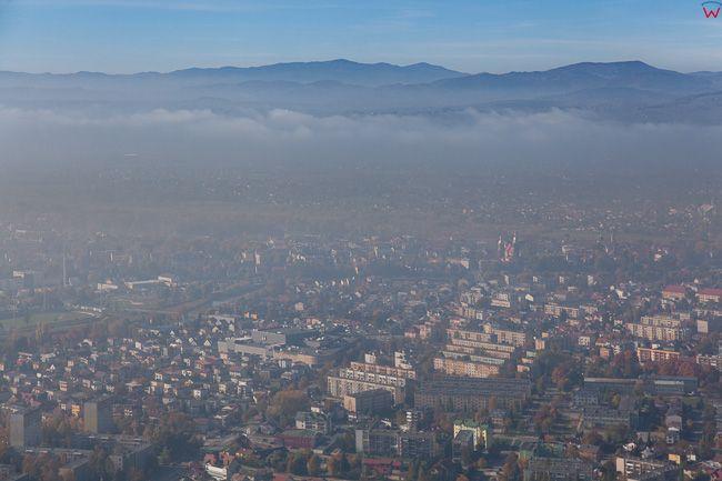 Nowy Sacz, 27.10.2015 r. Stacje pomiarowe zanotowaly ponad 100 mikrogramĂłw stezenia pylu zawieszonego w powietrzu, podczas gdy norma bezpieczna to 50. EU, Pl, Malopolska. Lotnicze.