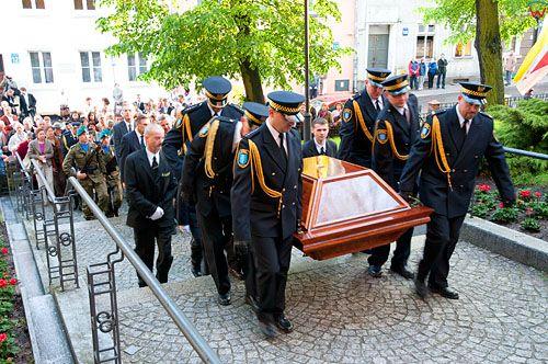 Uroczystosci pogrzebowe szczatkow Mikolaja Kopernika. Kondukt w drodze do Katedry sw. Jakuba. 20.05.2010 r.