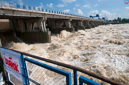 PL, Kujawsko-Pomorskie, Wloclawek. Spuszczanie wody z zapory przed nadejsciem fali kulminacyjnej. 23.05.2010r.