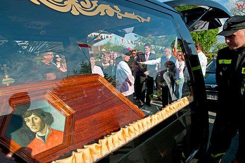 PL, warm-maz. Kondukt z trumna M. Kopernika w Henrykowie. 21-05-2010r.