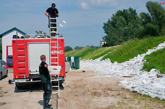 PL, Swietokrzyskie. Strazacy w trakcie powodzi, wies Otoka. 10.06.2010 r.