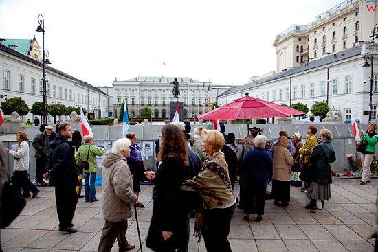 Warszawa 15.09.2010 r. Krzyz wraz z obroncami w przedzien przeniesienia do kaplicy Palacu Prezydenckiego.