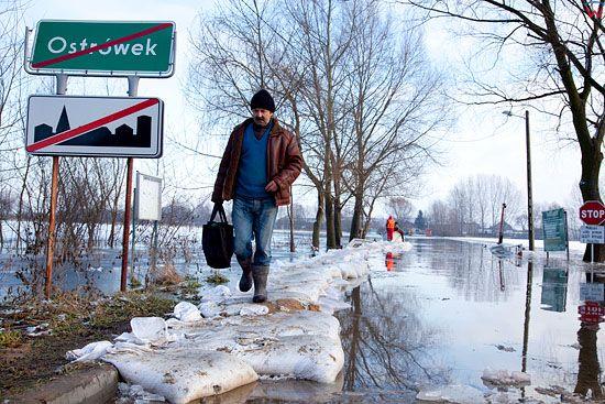Pl, kujawsko-pomorskie. 22-01-2011 r., powodz w Ostrowku nad jeziorem Goplo.