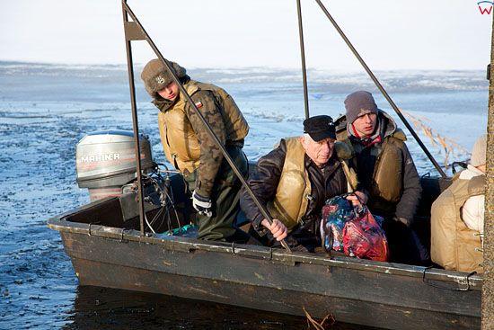 Pl, kujawsko-pomorskie. 22-01-2011 r., powodz w Ostrowku nad jeziorem Goplo. Transport ludnosci cywilnej.