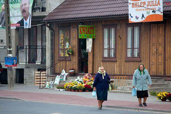 EU, Pl, Mazowieckie. Kobiety w centrum Myszynca.