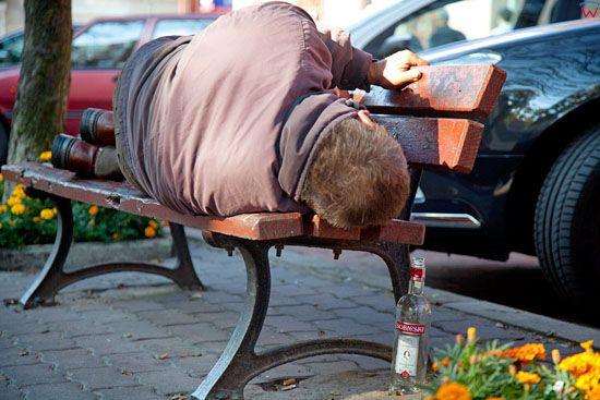EU, PL, Podlaskie. Spiacy mezczyzna na lawce w Lomzy.
