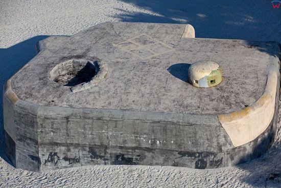 Plaza morska w Kuznicy z widocznym schronem z okresu II Wojny Swiatowej Bunkrem Sep. EU, Pl, Pomorskie. LOTNICZE.